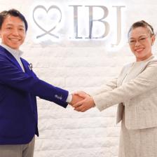 (左)IBJ代表取締役社長 石坂茂(右)アンバサダー柴田理恵さん